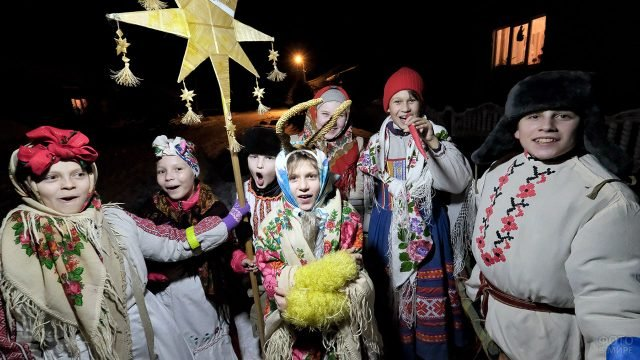 Ряженые дети на рождественских колядках в Беларуси