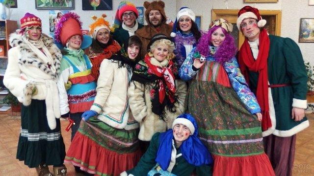 Ряженые студенты сибирского ВУЗа на рождественских колядках