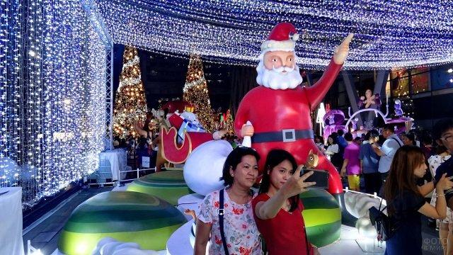 Туристы в рождественской инсталяции в Корее