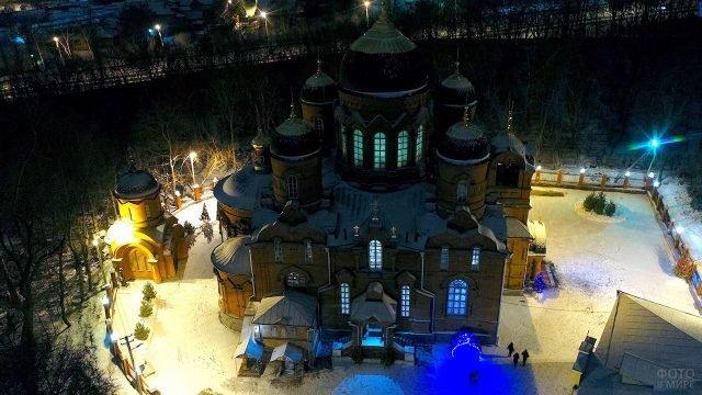 Вид сверху на двор православного собора в Пензе в Рождественский сочельник