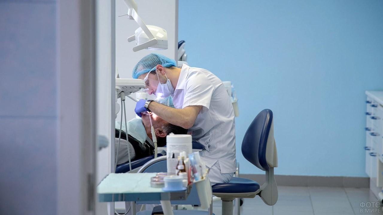 Молодой дантист во время работы
