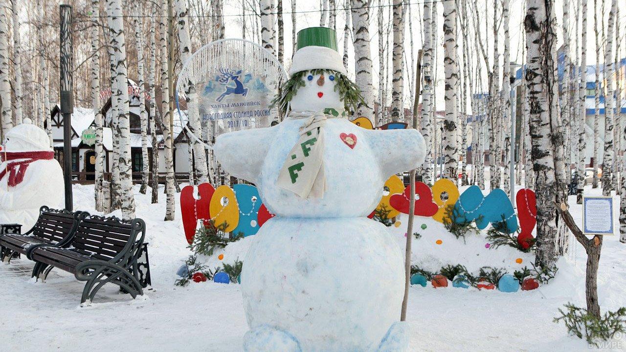 Классический русский снеговик в берёзовой аллее