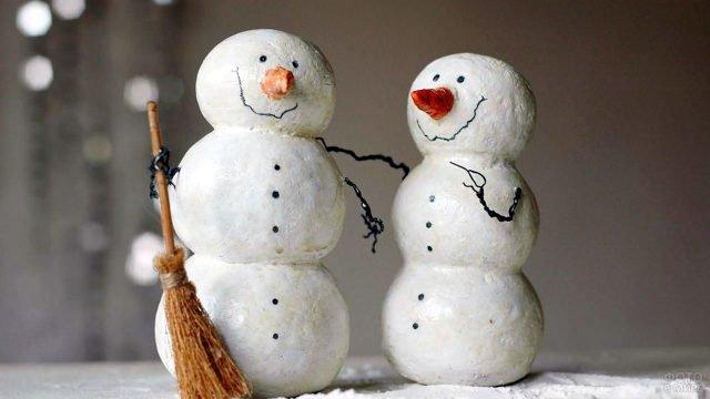 Обаятельные снеговики из папье-маше