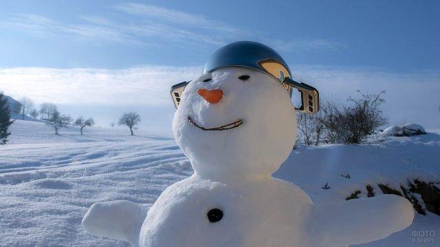Приветливый снеговик в супер-шлеме из кастрюли
