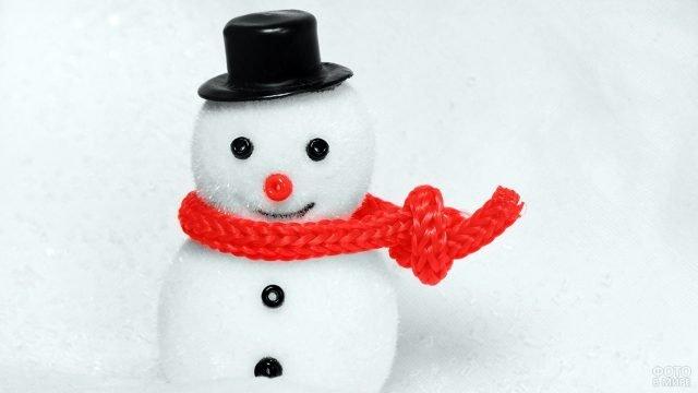 Пушистый плюшевый снеговичок в шарфике и цилиндре