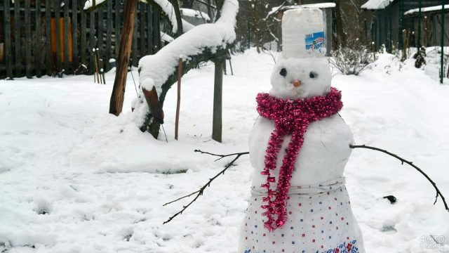 Снежная баба нарядилась как могла