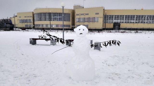 Снежная баба с одним ухом на школьном дворе