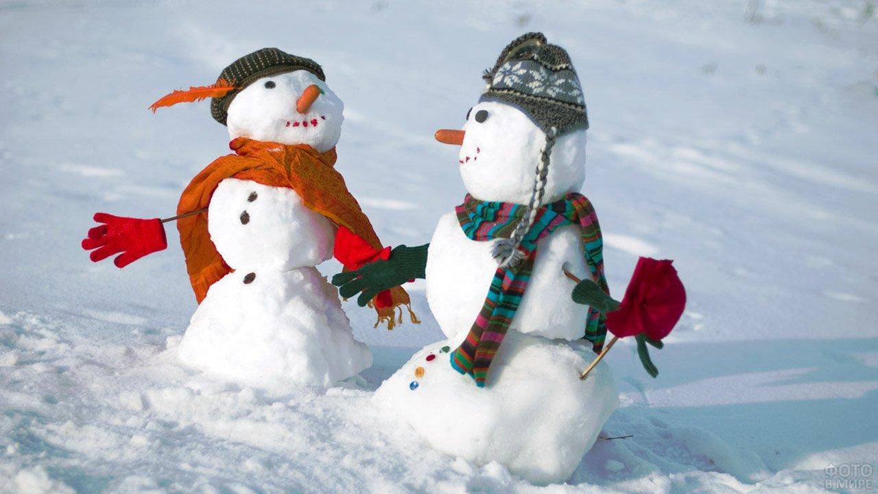 Танцующая пара снеговиков
