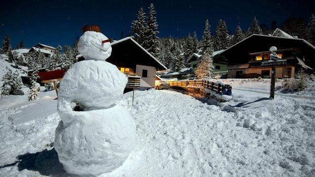 Улыбчивый снеговик на горнолыжном курорте