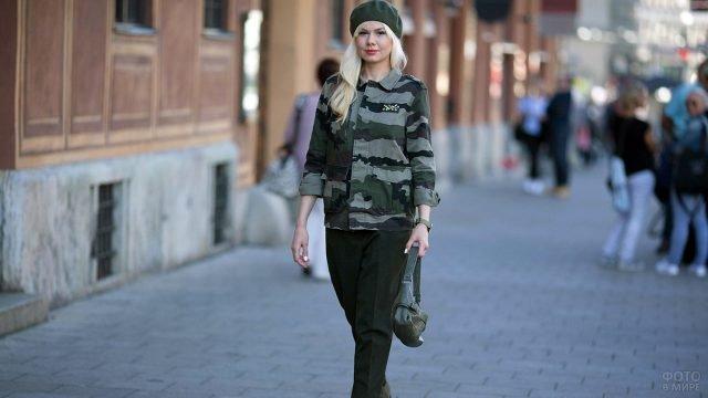 Блондинка в камуфляжной куртке на весенней улице города