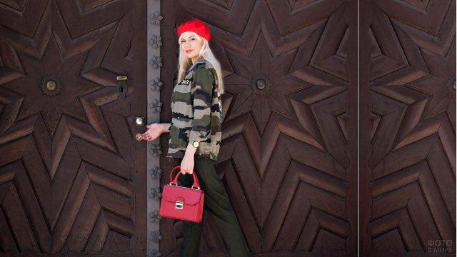 Блондинка в красном берете в камуфляжной куртке и брюках цвета хаки