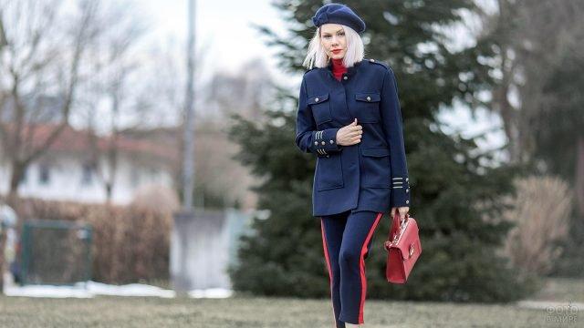 Блондинка в военном френче и берете цвета индиго