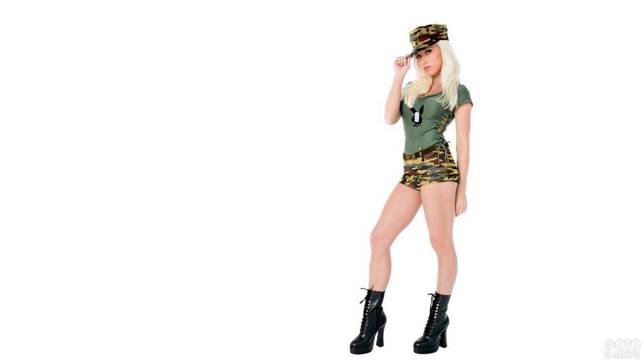 Девушка из Playboy в камуфляжных шортах и кепке с блузкой цвета хаки
