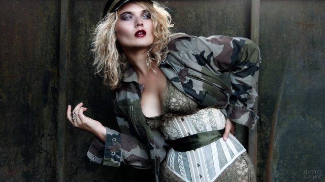 Девушка в камуфлированной куртке