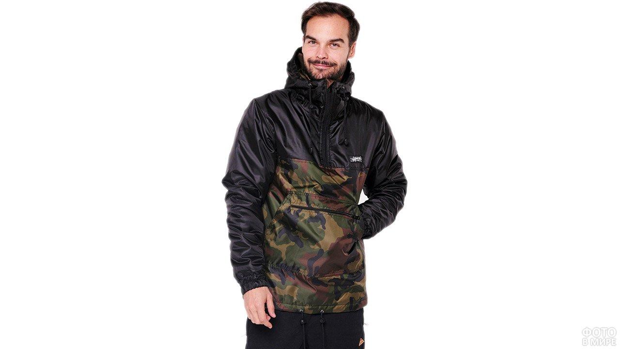 Мужчина в камуфляжной куртке-анорак