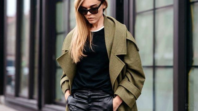 Пальто оверсайз цвета хаки на женщине в одежде в стиле милитари