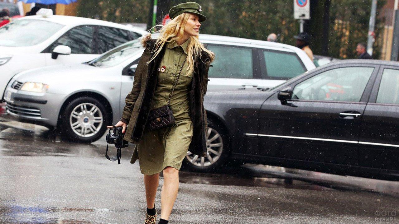 Платье и кепи цвета хаки в стиле милитари на девушке в Милане