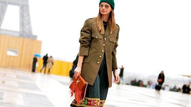 Военный китель в женственном образе модной девушки в Париже