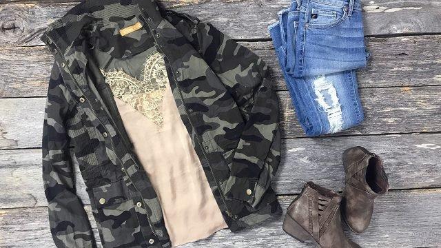Женская камуфляжная куртка с женственным топом, джинсами и ботинками