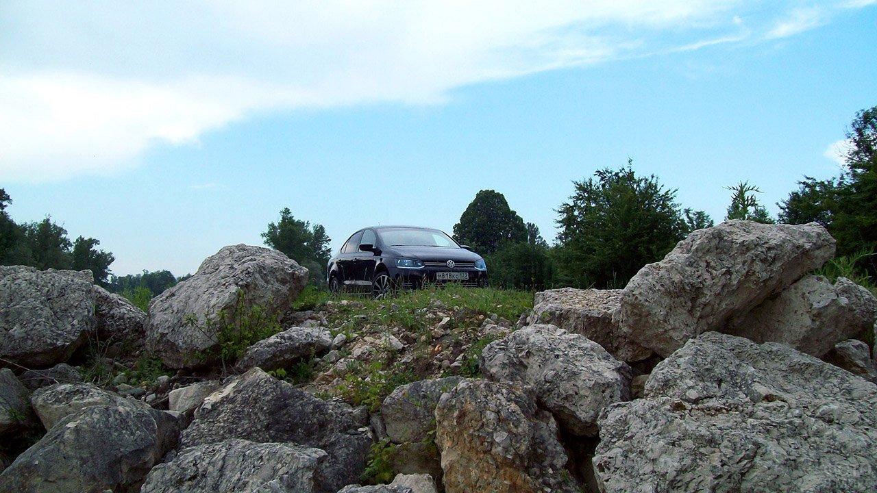 Авто на каменистом подъезде к Гуамскому ущелью