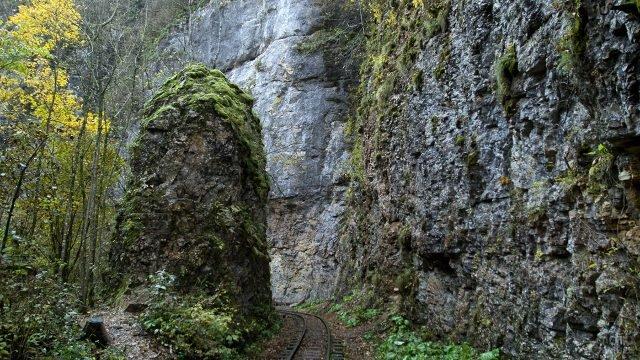 Петля узкоколейки между скал Гуамского ущелья