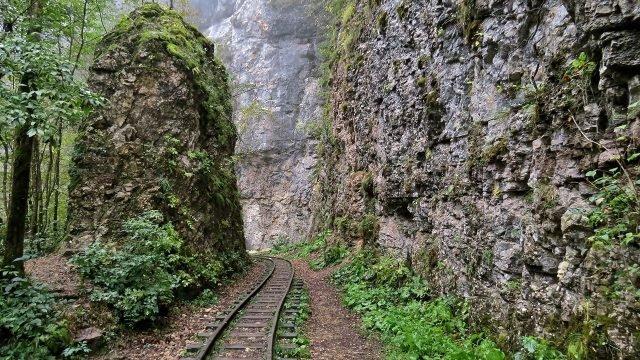Популярное место поворота железной дороги между двух скал в Гуамском ущелье