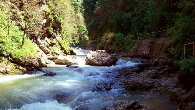 Поток реки в Гуамском ущелье летом