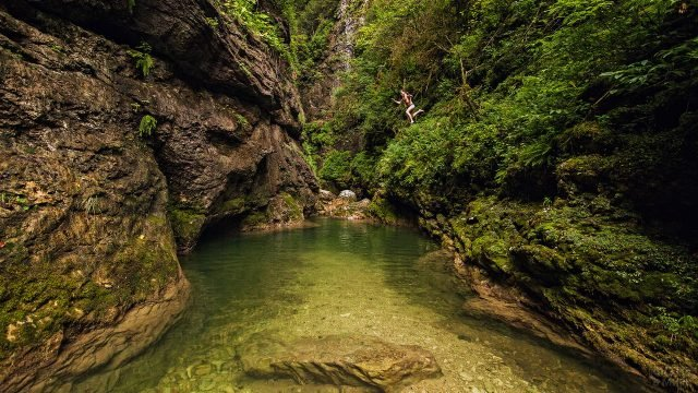Прозрачная вода горной речушки