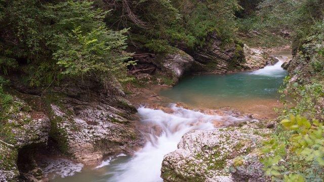 Ручей с небольшим водопадом