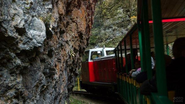 Туристическая мотриса поворачивает на маршруте по Гуамскому ущелью