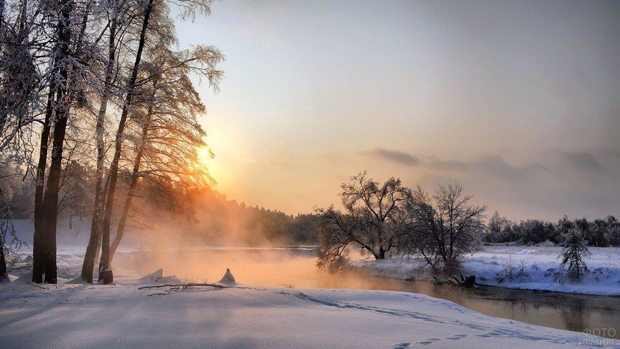 Декабрьское зимнее утро на лесной реке