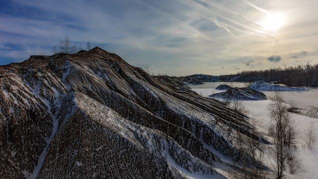 Холодное зимне утро над горными пиками