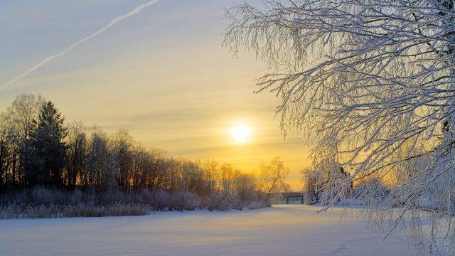 Раннее утро на зимней реке