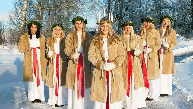 Шведки ранним зимним утром на празднике Святой Люсии