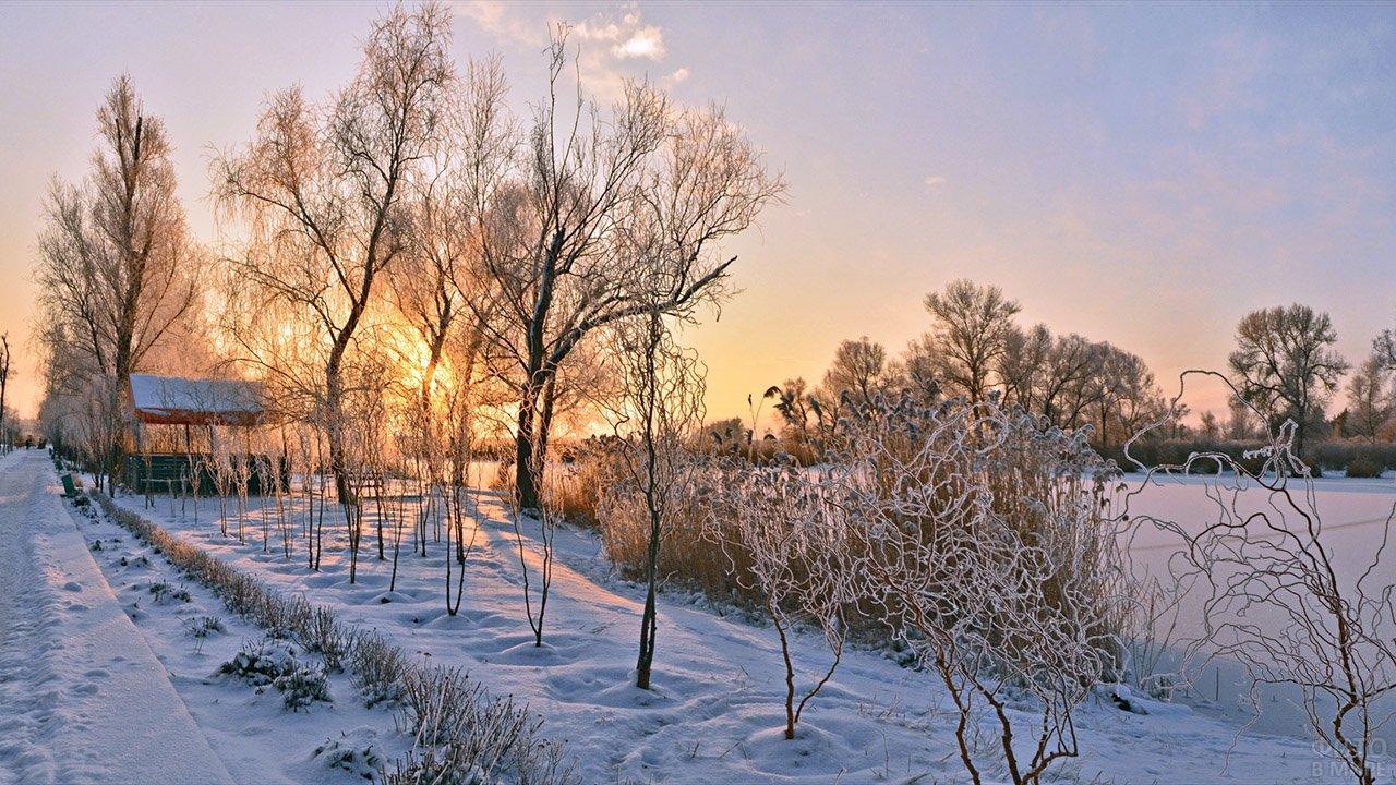 Живописный зимний пейзаж в лучах восходящего солнца