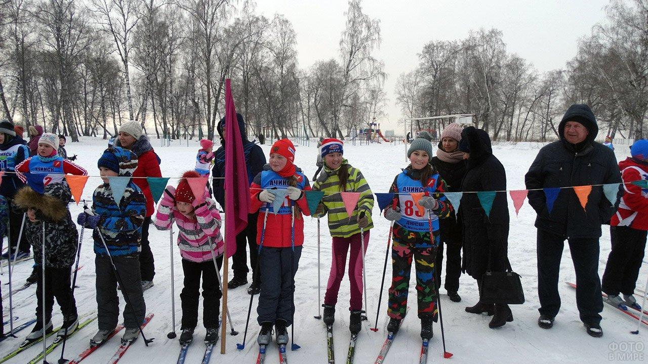 Дети на старте лыжной гонки