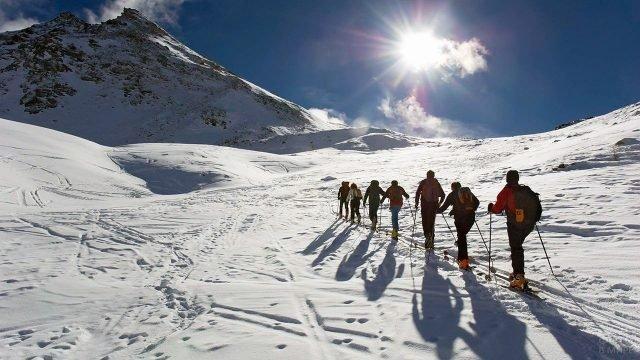 Группа туристов в лыжном походе в горы