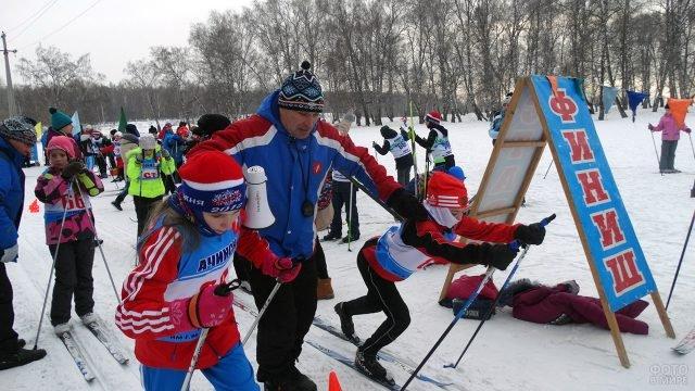 Юные спортсмены на старте лыжной гонки