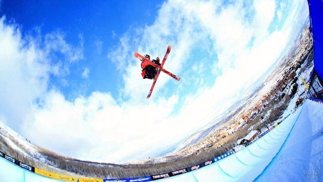 Лыжник выполняет трюк на соревнованиях по фристайлу