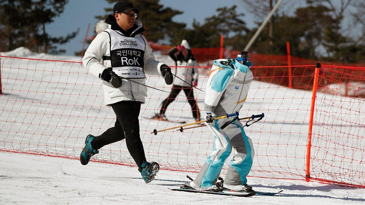 Робот-лыжник с оператором