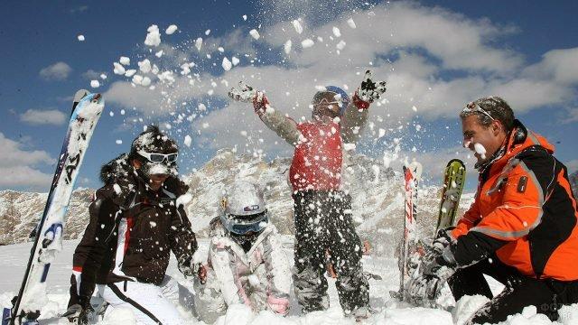 Семья лыжников в снегу на горнолыжном курорте