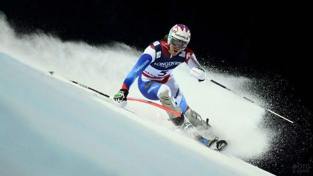 Спортсмен на горнолыжном спуске