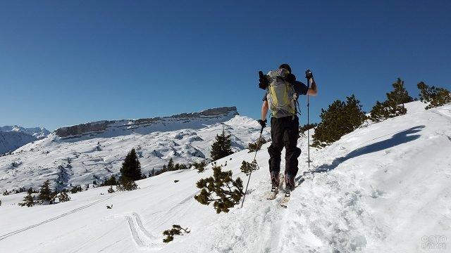 Турист на лыжах в горном походе
