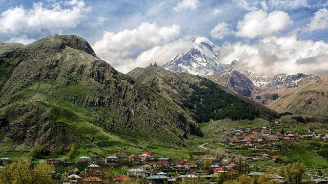 Аутентичное поселение в долине в Грузии