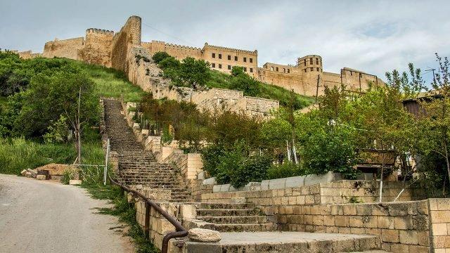 Цитадель Дербента между Кавказскими горами и Каспийским морем