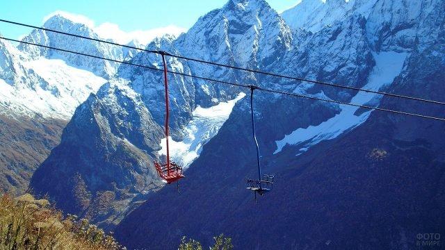 Подъёмники на горной территории Домбай летом