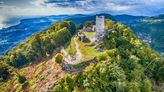 Руины монастыря в горах Абхазии