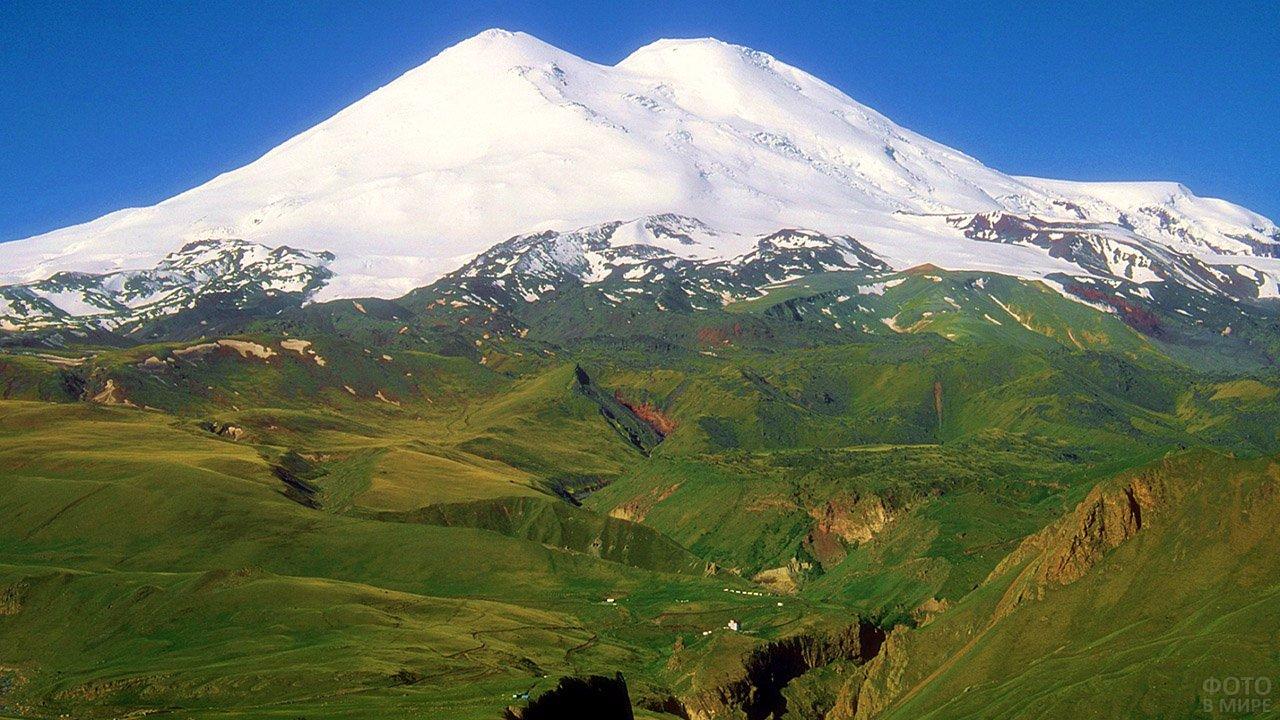 Снежная вершина Эльбруса - главная достопримечательность Кавказа