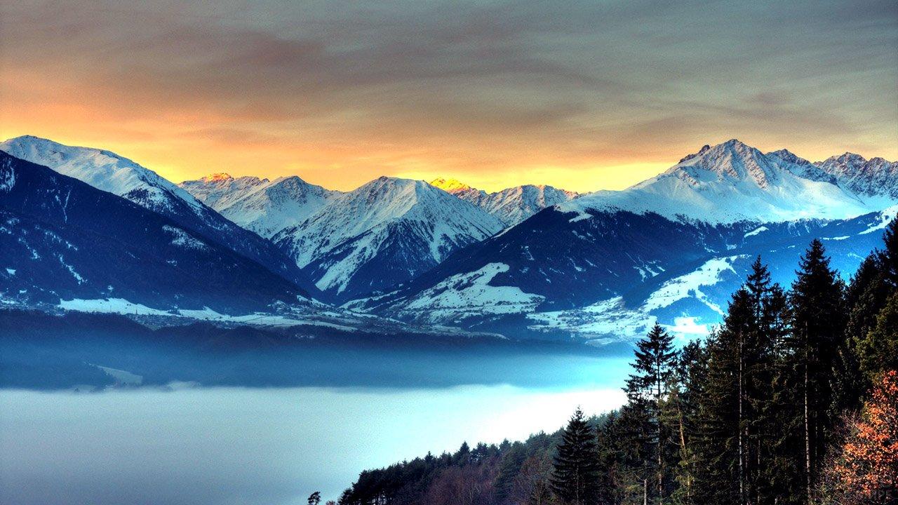 Туманный рассвет в горах Кавказа
