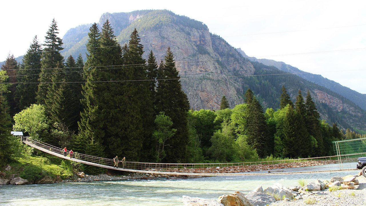Туристический висячий мост над Бадукскими озёрами